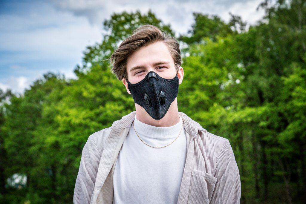 man draagt mondmasker